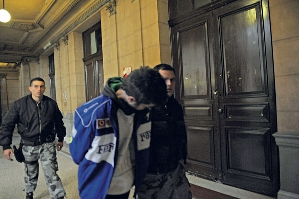 Carlos Nahir detenido y esposado. (Foto: Archivo Atlántida)