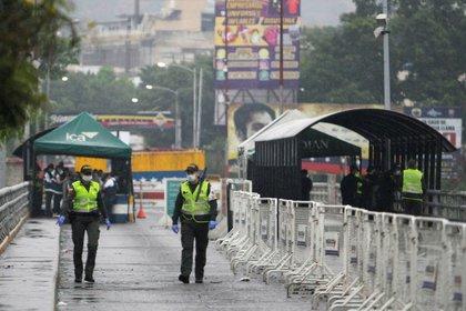 Integrantes de la Policía colombiana caminan sobre el Puente Simón Bolívar que une las ciudades de San Antonio del Táchira (Venezuela) y Cúcuta (Colombia) / (EFE/).