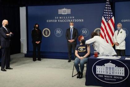 En el acto, en el que participó el presidente Joe Biden y la vice, Kamala Harris, varios ciudadanos recibieron la vacuna (REUTERS/Jonathan Ernst9