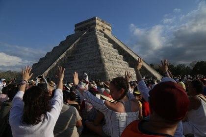 Visitantes nacionales y extranjeros acudieron a la zona arqueológica de Chichen Itzá para observar el fenómeno de luz y sombra, del descenso de Kukulkán sobre la zona norte del castillo (FOTO: MARTÍN ZETINA /CUARTOSCURO.COM)