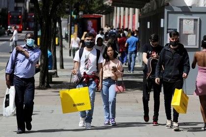 Peatones llevan bolsas de compras, en Londres, Reino Unido, el 18 de julio de 2020.  REUTERS/Simon Dawson