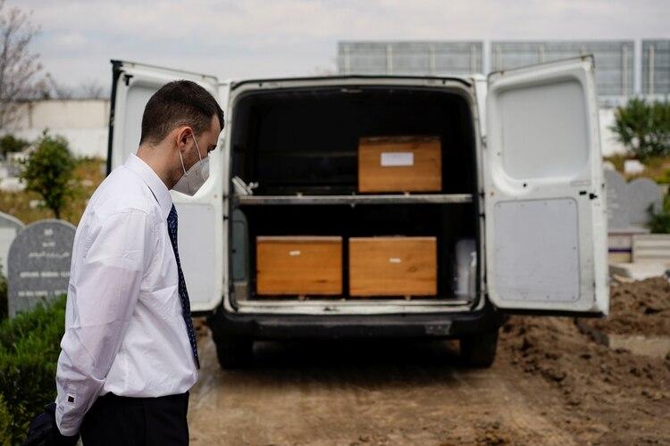 Una camioneta funeraria en España (REUTERS/Juan Medina)