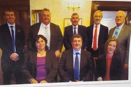Barry Elsby junto a los asambleístas de las Islas Malvinas