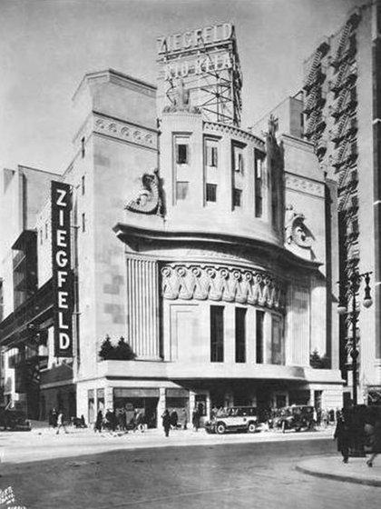 El antiguo teatro Ziegfeld, propiedad del empresario de Broadway Billy Rose, ahora es un estudio de televisión de la NBC.