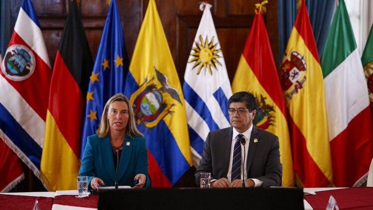 Federica Mogherini junto a José Valencia en la reunión del Grupo Internacional de Contacto en Quito