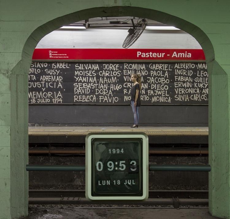 Gabriela Rodríguez en la estación de subte de la línea B que rindo homenaje a las víctimas del atentado a la AMIA