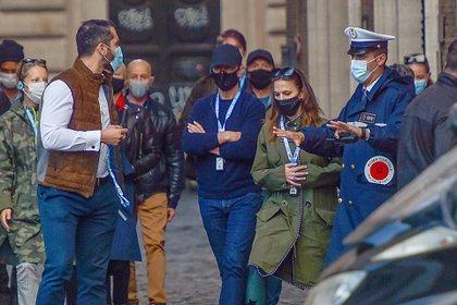 """El actor Tom Cruise, la actriz Hayley Atwell y el resto del elenco de """"Misión Imposible 7"""" realizaron una visita guiada a una iglesia en Roma. Si bien todos llevaban puesto tapabocas, les llamaron la atención por no respetar la distancia social, protocolo sanitario que evita la propagación del coronavirus"""