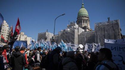 Las organizaciones sociales se manifestaron frente al Congreso durante el debate por la Emergencia Alimentaria (Foto: Adrián Escandar)
