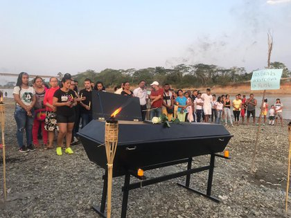Ambientalistas y las comunidades afectadas realizaron una protesta contra la situación, en la que realizaron un entierro simbólico del río, representado en un féretro.
