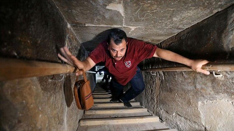 Un hombre se interna dentro de la Pirámide(Reuters)