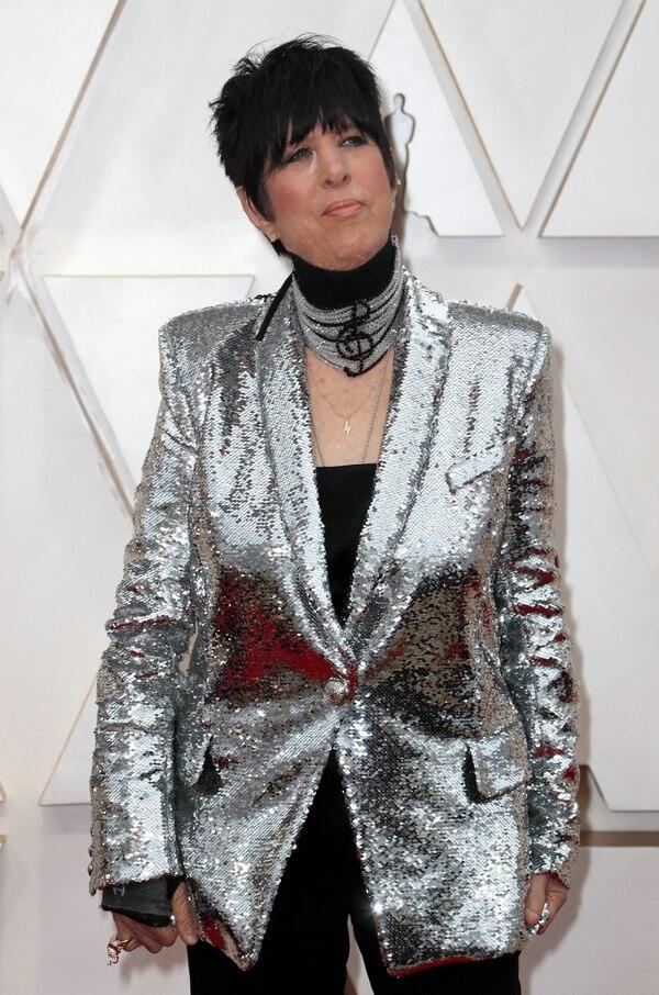 Diane Warren para esta nueva entrega de los Oscars optó por un llamativo saco de paillettes en plateado y un palazzo en negro. Como accesorio, una gargantilla con la clave de sol bordada