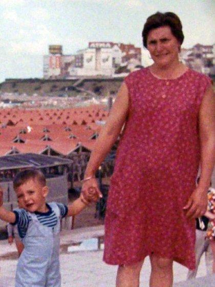 Fernando Prensa cuando era niño, con su mamá