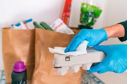 La conducta generalizada de desinfectar cada producto comprado apenas ingresa al hogar generó mayor atención y concientización sobre las nuevas prácticas de manufactura (Shutterstock)
