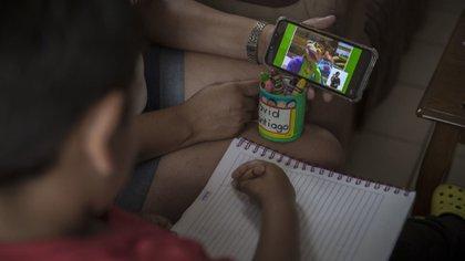 Clases virtuales a través del celular (Foto: Cuartoscuro)
