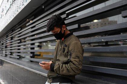 Un joven usa una mascarilla durante la pandemia de Covid-19. Foto: Reuters