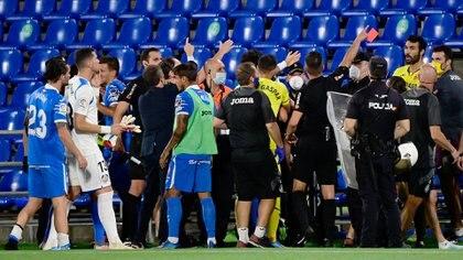 El árbitro expulsó a cuatro futbolistas (Photo by JAVIER SORIANO / AFP)