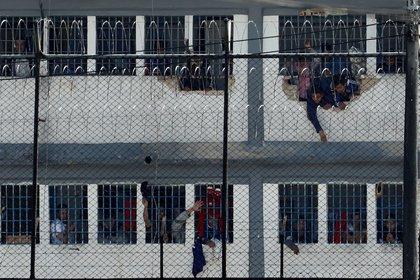 Vista de reclusos que se asoman en ventanas, el 22 de marzo de 2020, luego de un motín, en la cárcel Modelo de Bogotá (Colombia). EFE/Mauricio Dueñas Castañeda/Archivo.