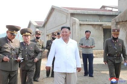 El líder supremo Kim Jong-un en una granja de pollos de Kwangchon en construcción en esta foto publicada el 19 de julio de 2020 por la Agencia Central de Noticias de Corea del Norte (KCNA) en Pyongyang (Reuters)