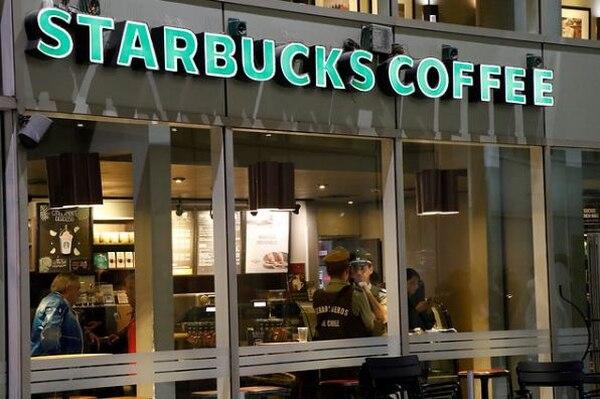 Oficiales de Carabineros y de la Policía de Investigaciones en el interior del café Starbucks de la avenida Ricardo Lyon, en Providencia, Santiago de Chile