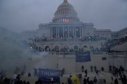Una turba encolerizada por el triunfo electoral de Joe Biden rodeó y asaltó el Capitolio de los Estados Unidos (Reuters)
