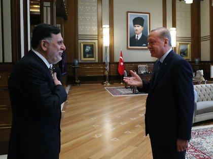 El presidente turco Tayyip Erdogan recibe en Ankara al primer ministro del gobierno reconocido internacionalmente de Libia, Fayez al-Serraj. REUTERS.