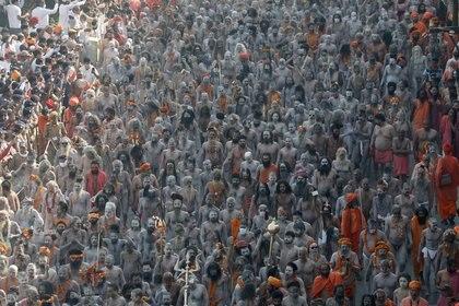 Excepto la inmersión en el río, el peregrinaje a la Kumbh Mela permite a los creyentes hindúes recibir la bendición de los sadhus, santos y otros yoguis, y hacer el darshan, la contemplación ritual que transmite la energía espiritual.