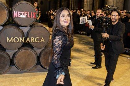 """La actriz Salma Hayek posa para los fotógrafos durante la alfombra roja de """"Monarca"""" en septiembre de 2019 (FOTO: ISAAC ESQUIVEL /CUARTOSCURO.COM)"""