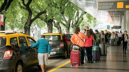 Los pasajeros del Aeroparque Jorge Newberydebieronutilizar transportes alternativos al taxi durante este jueves.