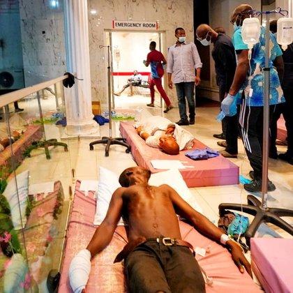 El gobernador de Lagos visita a heridos en un hospital (Reuters)