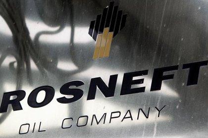 Un logotipo de la petrolera estatal rusa Rosneft se ve en su oficina en Moscú (Reuters)
