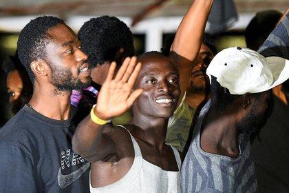 El barco de rescate español Open Arms con migrantes a bordo (REUTERS/Guglielmo Mangiapane)