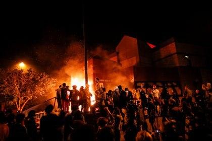 Un grupo nutrido de manifestantes atacaron la estación de policía (Reuters/ Carlos Barria)