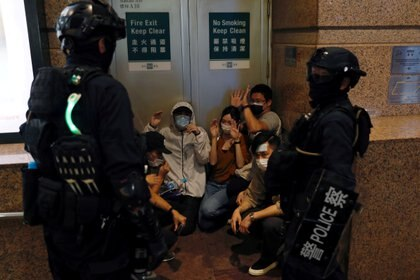 La policía antidisturbios detiene a manifestantes durante una marcha contra la ley de seguridad nacional en el aniversario del traspaso de Hong Kong a China el 1 de julio pasado (Reuters)