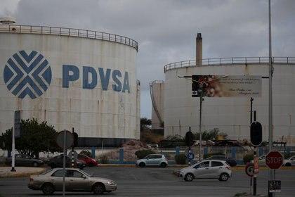FOTO DE ARCHIVO. El logo de la empresa petrolera venezolana PDVSA en un depósito de la refinería Isla en Willemstad, en la isla de Curazao. 22 de abril de 2018. REUTERS/Andrés Martínez Casares