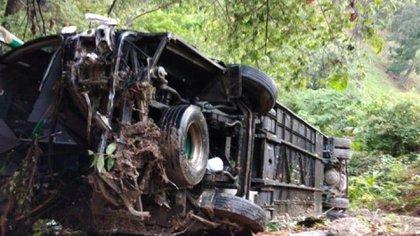 Bus Berlinas del Fonce accidentado en Sector La Esperanza, vía Bucaramanga-San Alberto / (vanguardia.com).