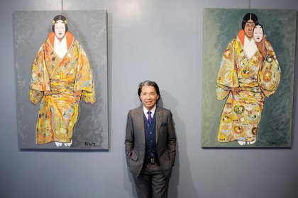 Kenzo posa junto a autorretratos (AFP)