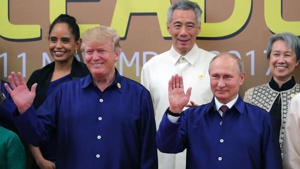 Donald Trump y Vladimir Putin en una cumbre en Vietnam (AFP)