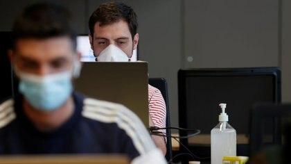 Dos personas llevan mascarillas en una estación de trabajo comunitaria en París. Agosto, 31, 2020. REUTERS/Christian Hartmann