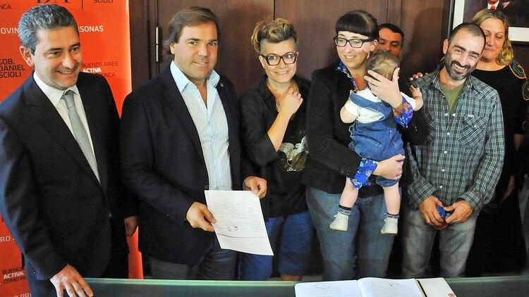 El caso anterior ocurrió en el 2015, cuando Susana y Valeria lograron ser reconocidas ambas como las madres de una pequeña que una de ellas tuvo a través de una inseminación artificial con un hombre que fue reconocido como el padre biológico.