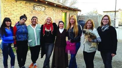 Mónica y sus amigas trans. Kati, a su izquierda, abraza a su perro (Gentileza Pablo Isola)