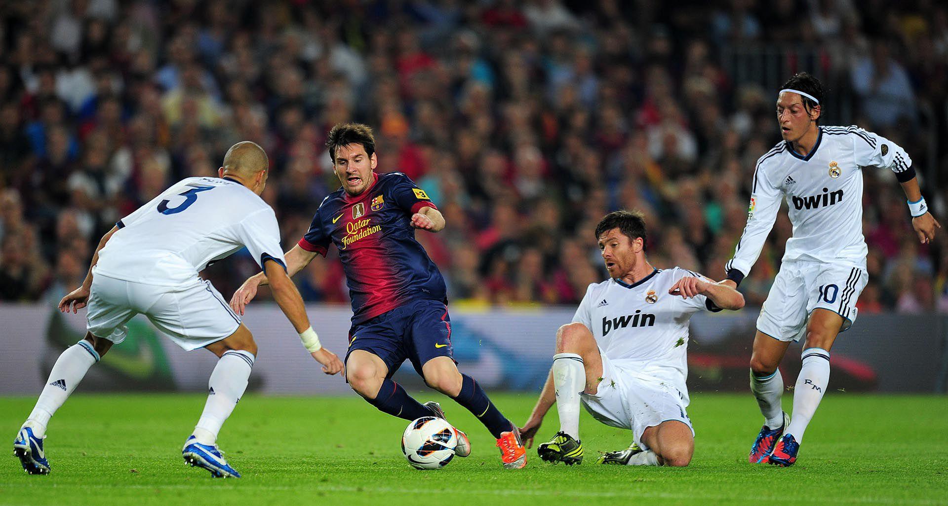 Xabi Alonso tuvo que sufrir a Lionel Messi en la cancha (AFP)