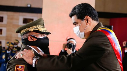 Venezuela's President Nicolas Maduro and Interior Minister Nestor Reverol greet each other during Venezuela's Bolivarian National Guard anniversary ceremony, amid the outbreak of the coronavirus disease (COVID-19), in Caracas, Venezuela August 4, 2020. Miraflores Palace/Handout via REUTERS ATTENTION EDITORS - THIS PICTURE WAS PROVIDED BY A THIRD PARTY.