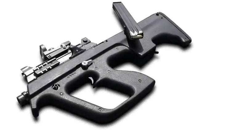 """El arma tiene un diseño tipo """"Bullpup"""", con mecanismo y cargador en la parte trasera"""