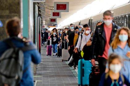 Pasajeros en una estación de trenes (EFE/EPA/CIRO FUSCO)