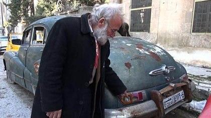 En un pueblo golpeado por la guerra,Abu Omar, intenta cuidar lo que queda de su colección de autos
