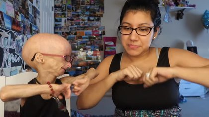 Adalia baila con su madre en una de sus grabaciones (Foto: Youtube @AdaliaRose)