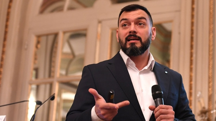Emmanuel Álvarez Agis fue viceministro de Economía de Axel Kicillof y es consultado por Fernández