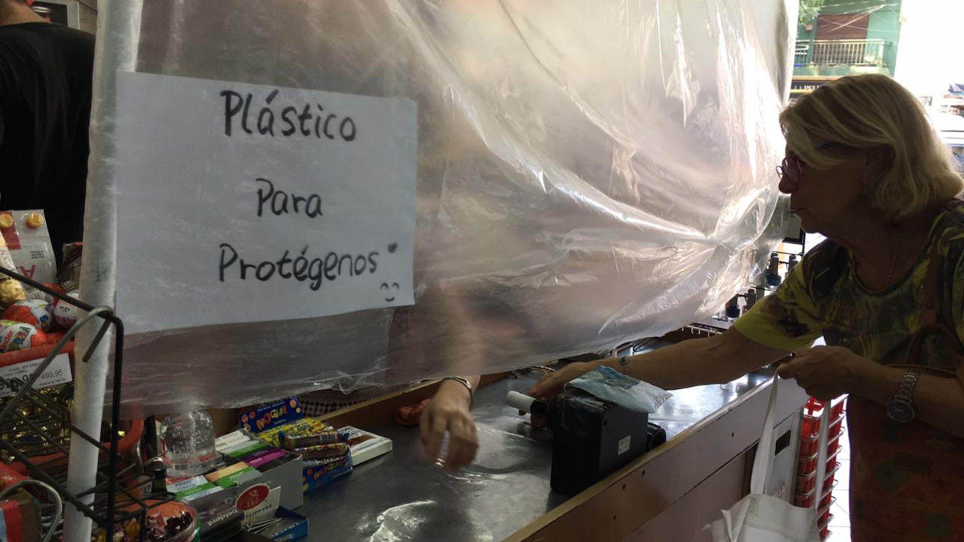 """Plástico """"protector"""" en un supermercado de barrio (Maximiliano Luna)"""