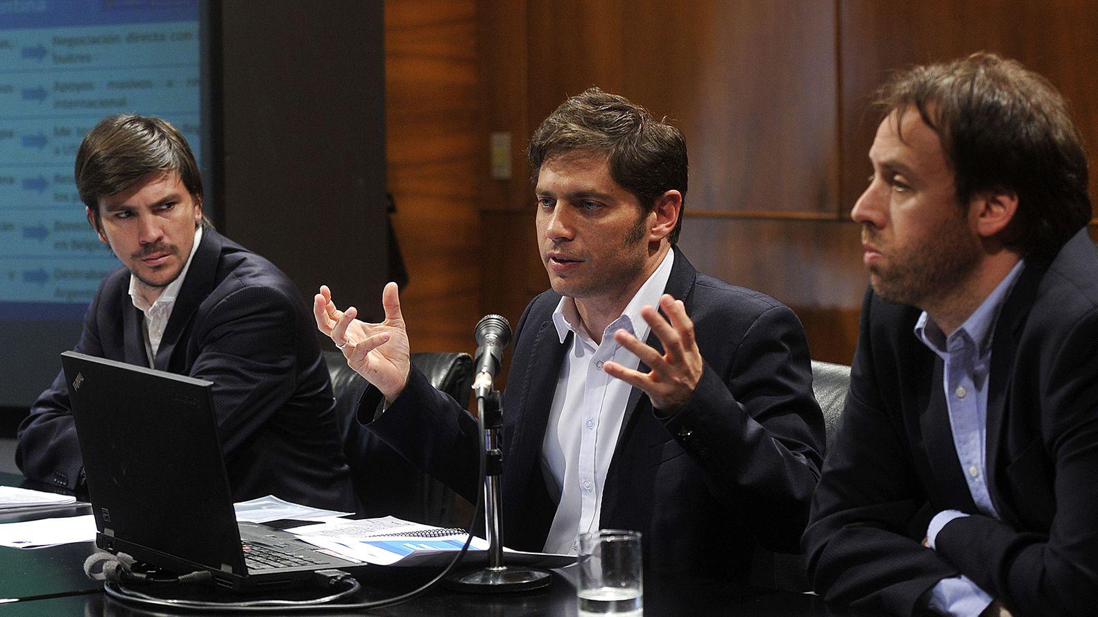 Axel Kicillof habla acompañado por los secretarios de Finanzas, Pablo López, y de Legal Administrativo, Federico Thea Telam 162