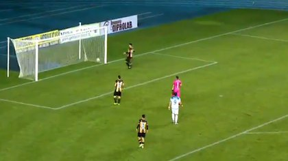 El instante en que la pelota cruza la línea de gol y el marcador se pone 1 a 0 en favor de Recoleta